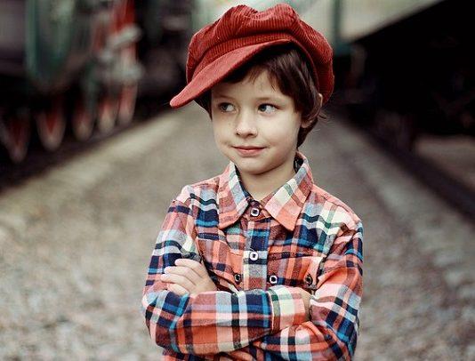 kırmızı şapkalı erkek çocuk