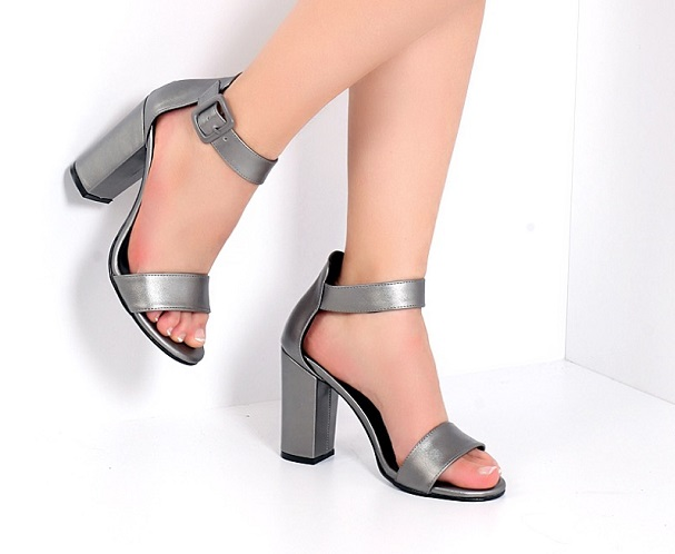 gri topuklu sandalet