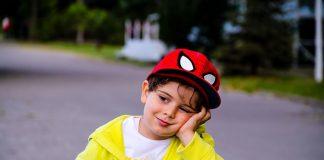 örümcek adam şapkalı çocuk