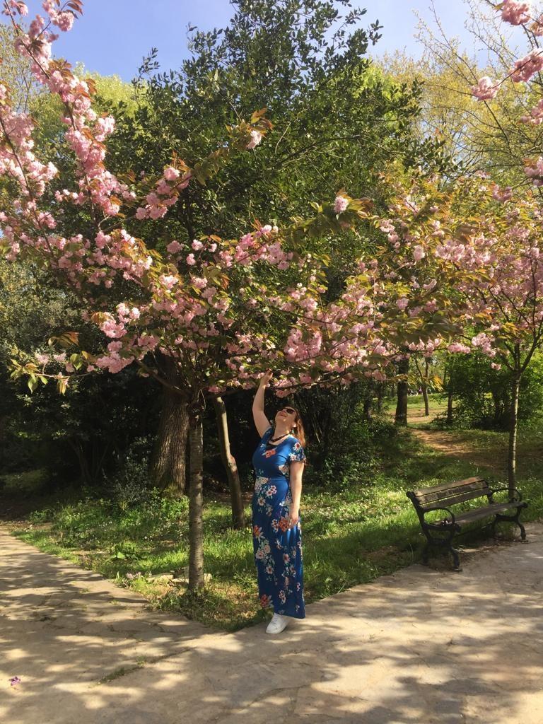uzun çiçekli mavi elbise