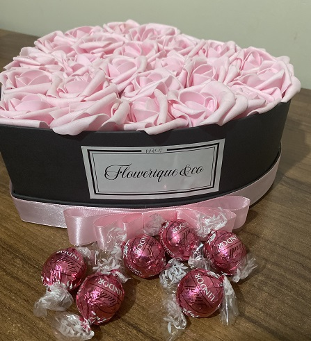 kutuda gül ve çikolata